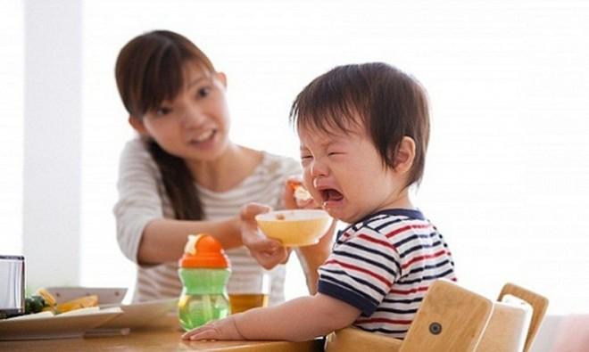 Tại sao không bao giờ nên ép trẻ con ăn?