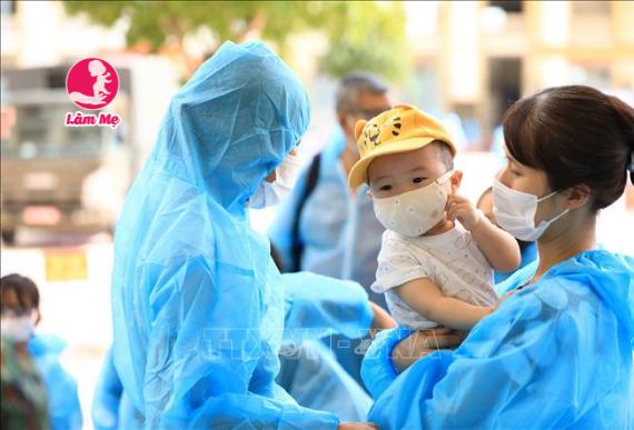 Theo mẹ, điều gì là cần thiết nhất khi chăm sóc bé mùa dịch?
